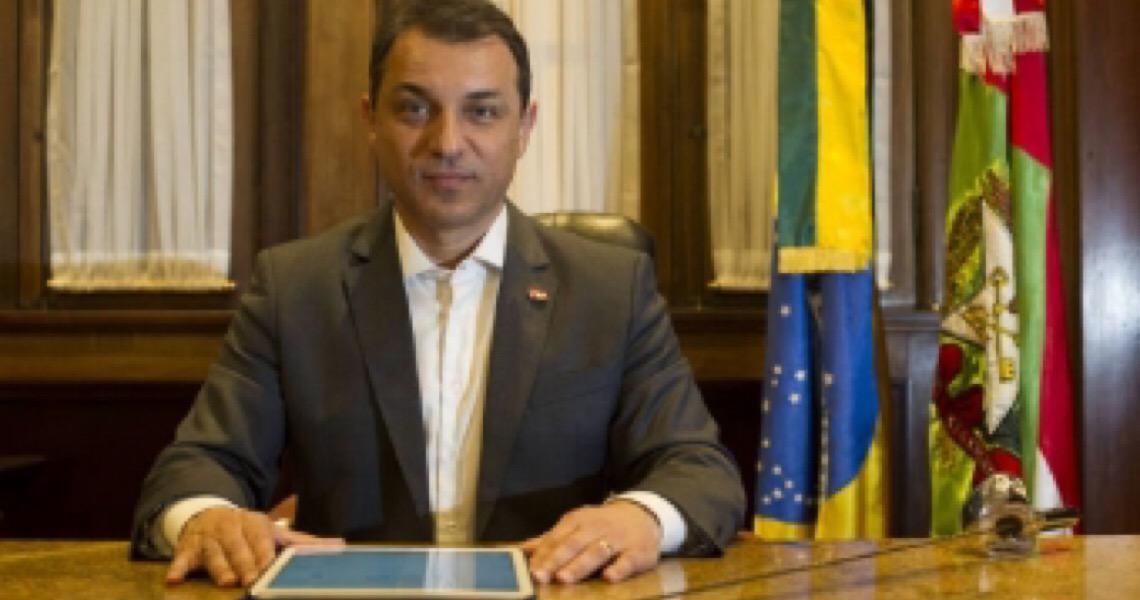 Tribunal aceita denúncia de impeachment e afasta governador de Santa Catarina