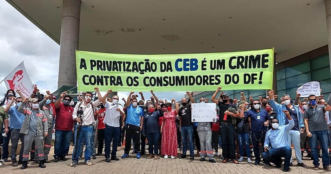 Trabalhadores e parlamentares protestam contra a privatização da energia em Brasília