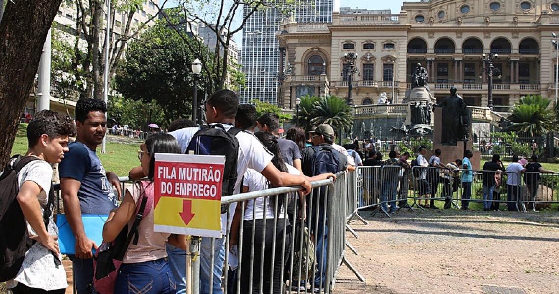 Desemprego bate recorde histórico no Brasil e atinge principalmente pretos, pardos e mulheres