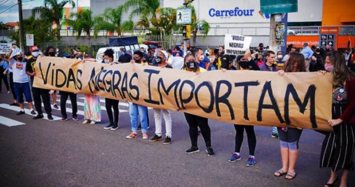 Após morte de homem negro por espancamento, Carrefour anuncia fim da terceirização dos serviços de segurança