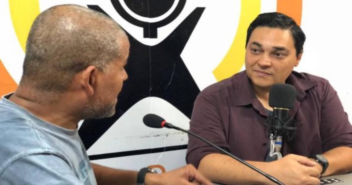 Professor do DF cria programa de rádio para ajudar alunos em vestibular
