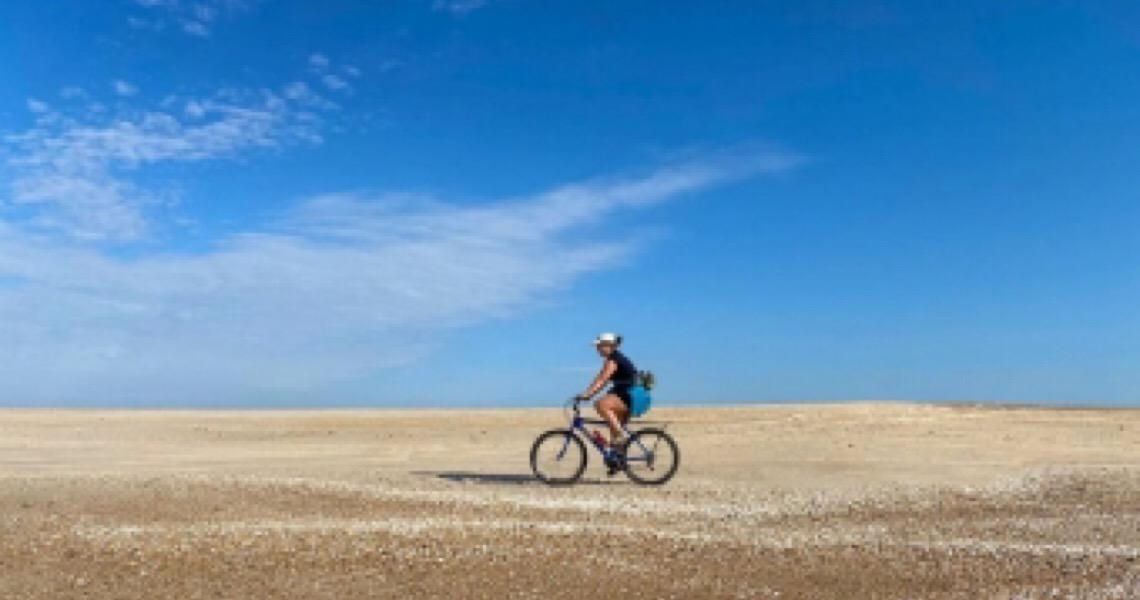 Como é cruzar de bike a maior praia do mundo, que fica no Brasil