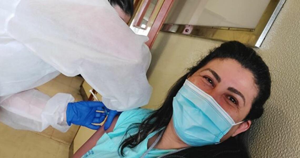 Auxiliar de enfermagem brasileira está entre primeiras pessoas vacinadas contra covid--19 em Portugal