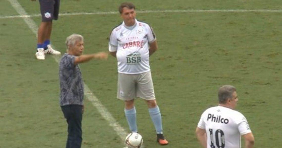 Enquanto nada e joga bola, Bolsonaro não precisa falar de vacina e rachadinha