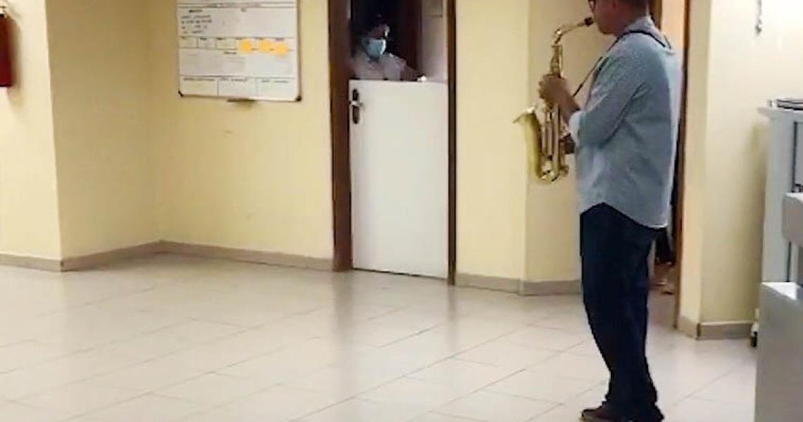 Filho toca saxofone para pai internado com Covid-19