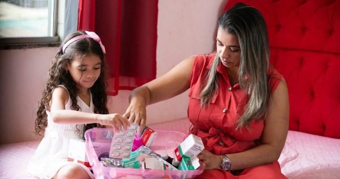 Famílias lutam por remédio indispensável para transplante de medula óssea