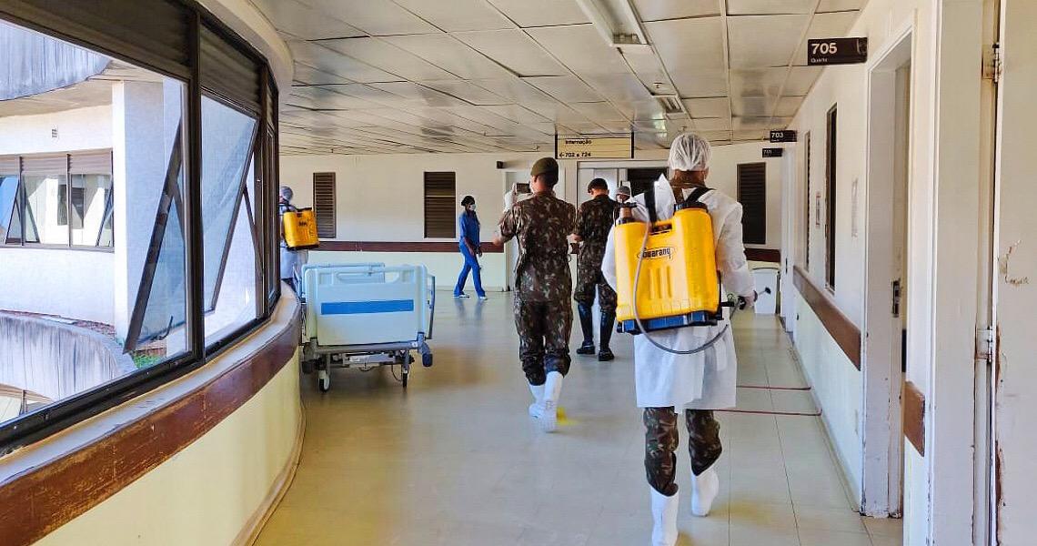 Militares do Exército sanitizam áreas de circulação do Hran