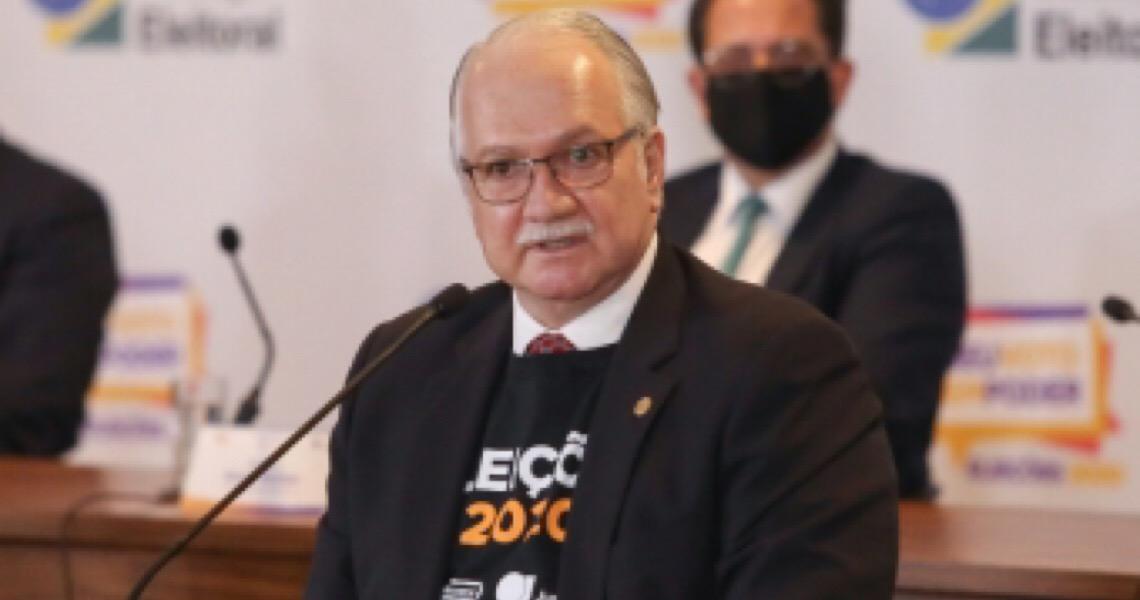 Coronavírus e 'mentes autoritárias' são pragas que afligem o Brasil, diz Fachin