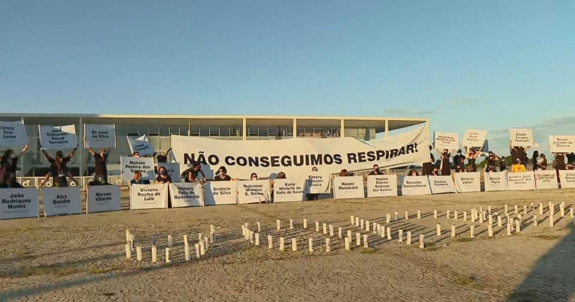 Parentes de vítimas da Covid-19 fazem manifestação em frente ao Palácio do Planalto, em Brasília