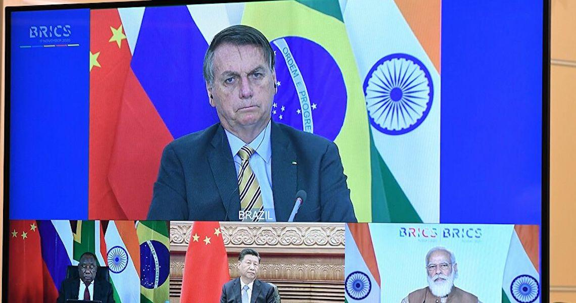 Atraso nas vacinas: 'Brasil paga preço por escolhas diplomáticas', diz especialista no BRICS