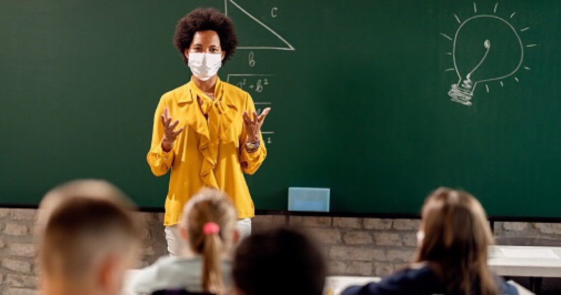 Professores e idosos do DF serão vacinados até março