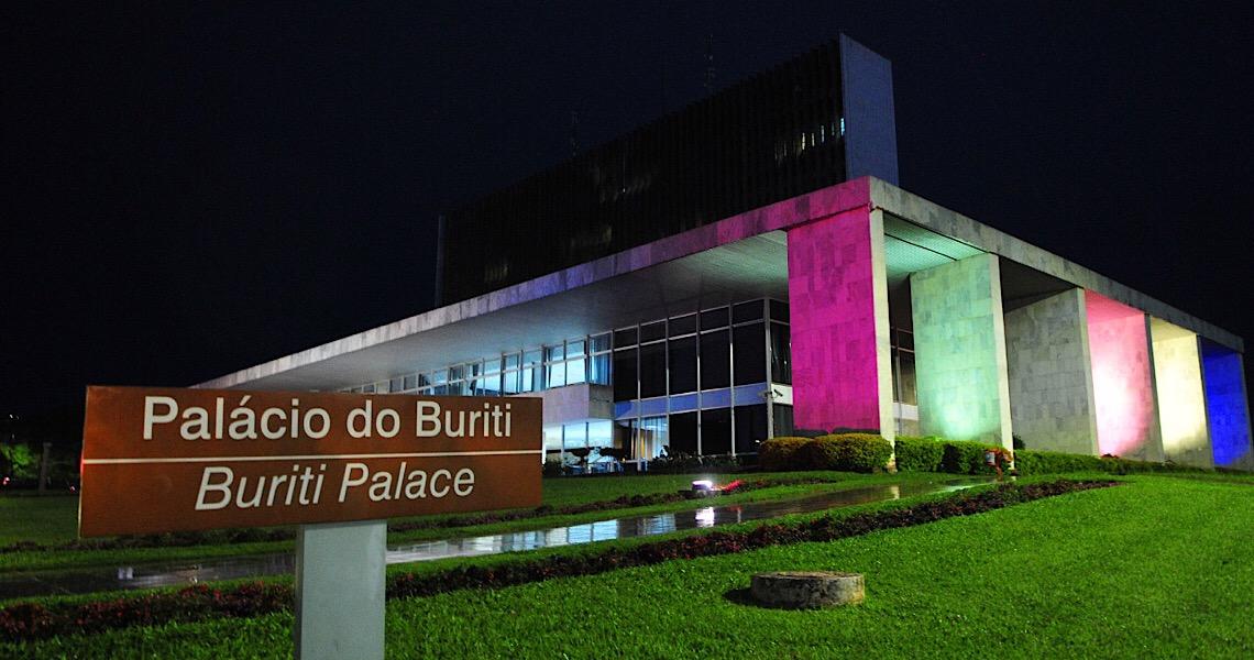 Palácio do Buriti recebe iluminação nas cores da bandeira trans
