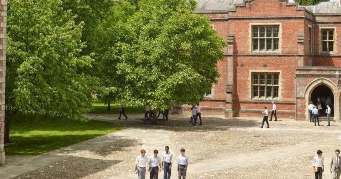 Colégio britânico elitista Winchester aceita meninas pela primeira vez