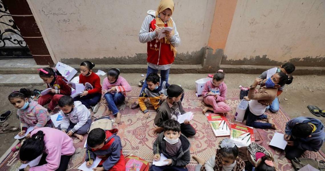 Egípcia de 12 anos ensina vizinhos após escolas fecharem por coronavírus