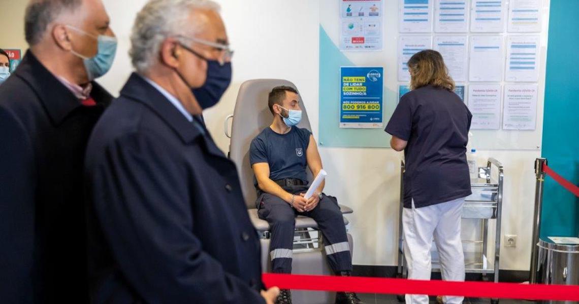 Primeiro-ministro de Portugal acompanha vacinação das forças de segurança e dos bombeiros