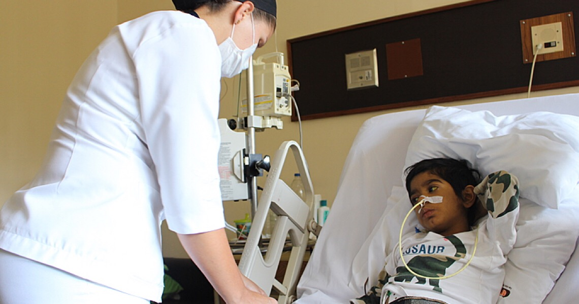Vítimas do bloqueio à Venezuela: O desafio para criança se curar de doença rara