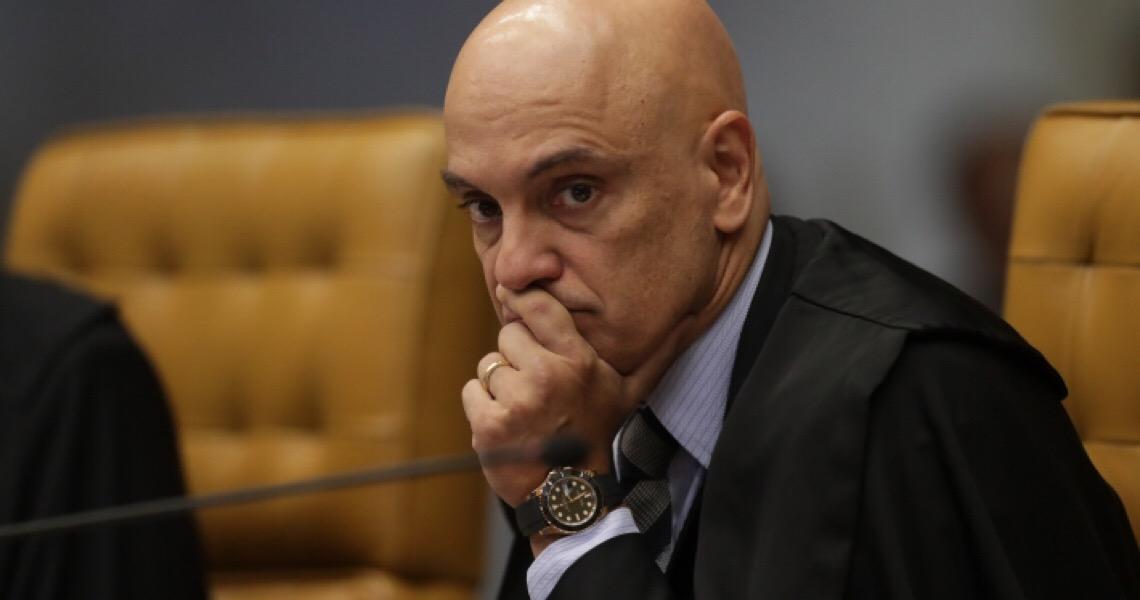 Alexandre pede vista e suspende julgamento sobre imposto zero de Bolsonaro a revólveres e pistolas importados