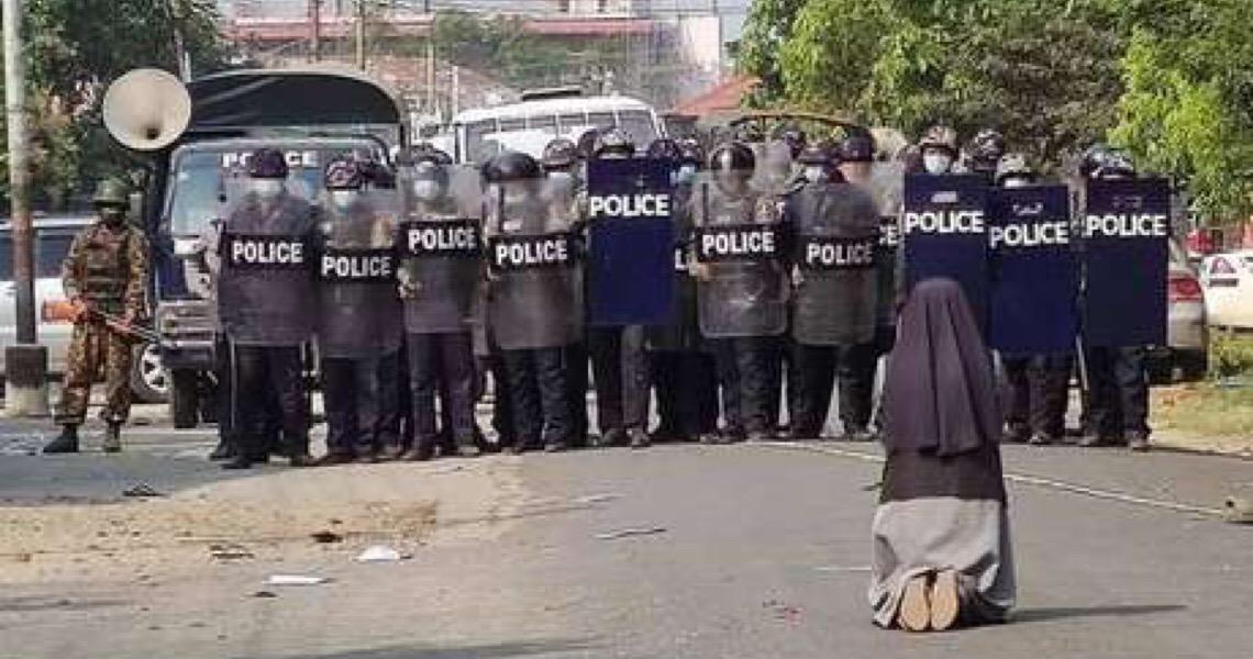 Freira se ajoelha para policiais e impede mortes de jovens em Myanmar