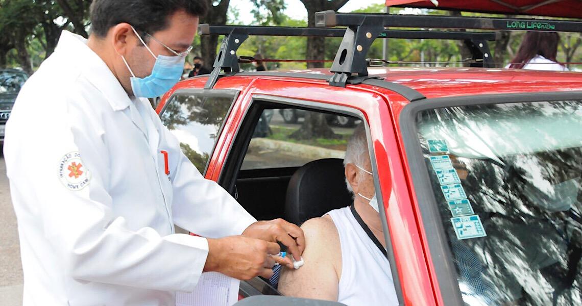 Drive-thrus vão fazer vacinação de idosos no próximo sábado