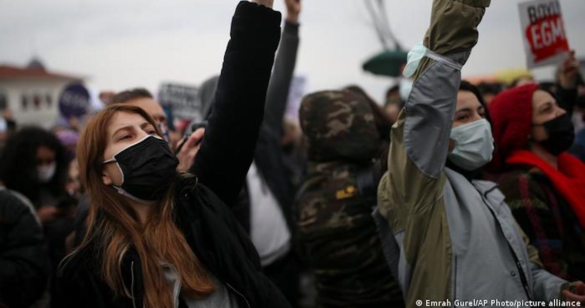 Turquia abandona tratado que visa coibir violência contra mulheres