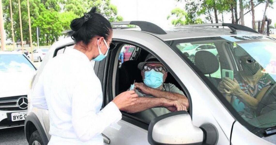 Vacinação de idosos com 66 anos é retomada nesta sexta em drive-thrus e UBSs