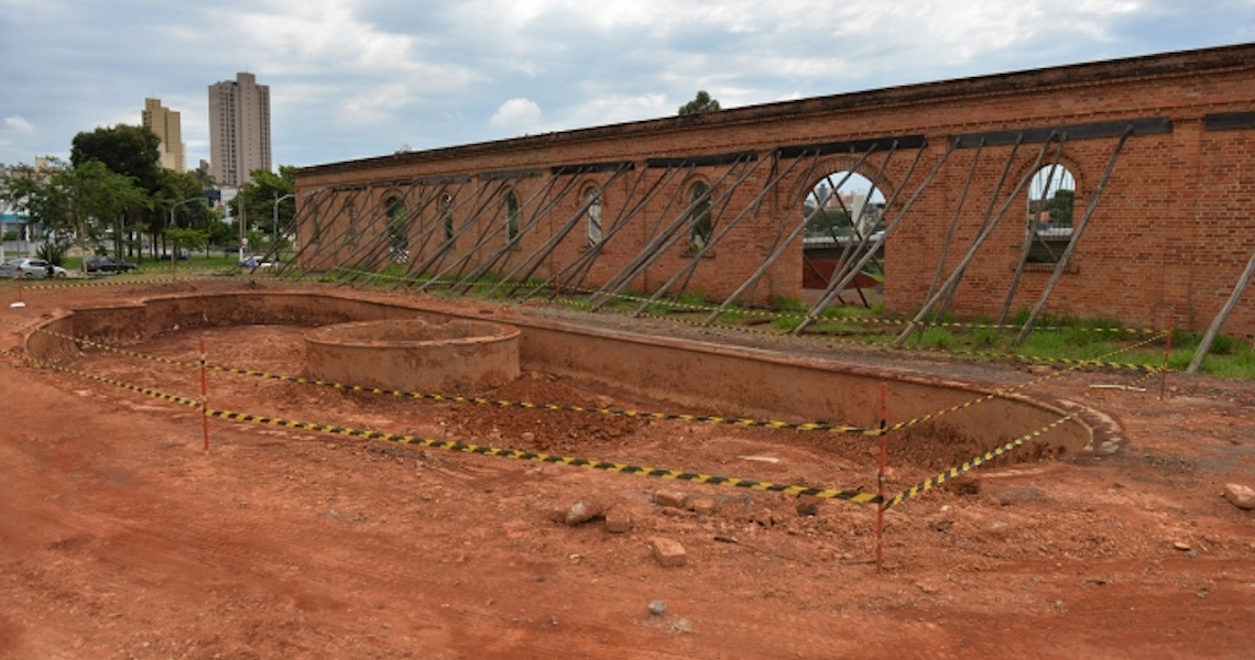 Fonte histórica soterrada há oito anos reaparece em obra no centro de Limeira