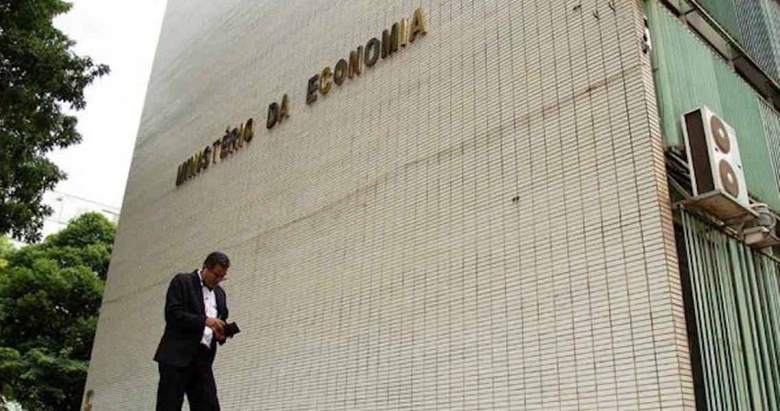 Juíza suspende compra de R$ 341,8 mi em passagens aéreas pelo governo