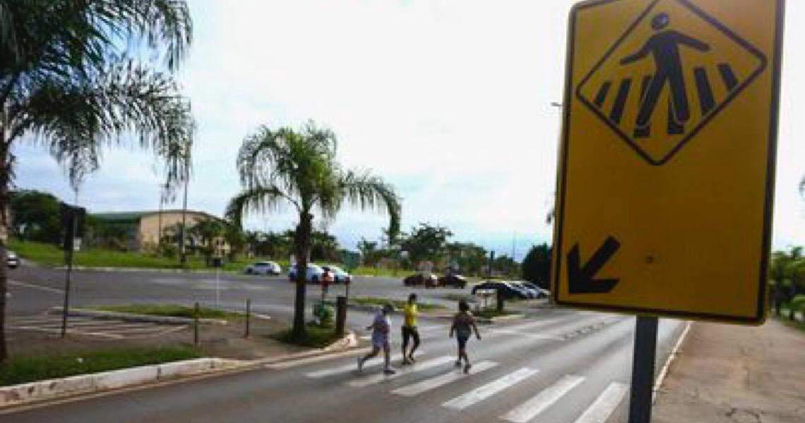 Há 24 anos, pedestres atravessam faixa em Brasília