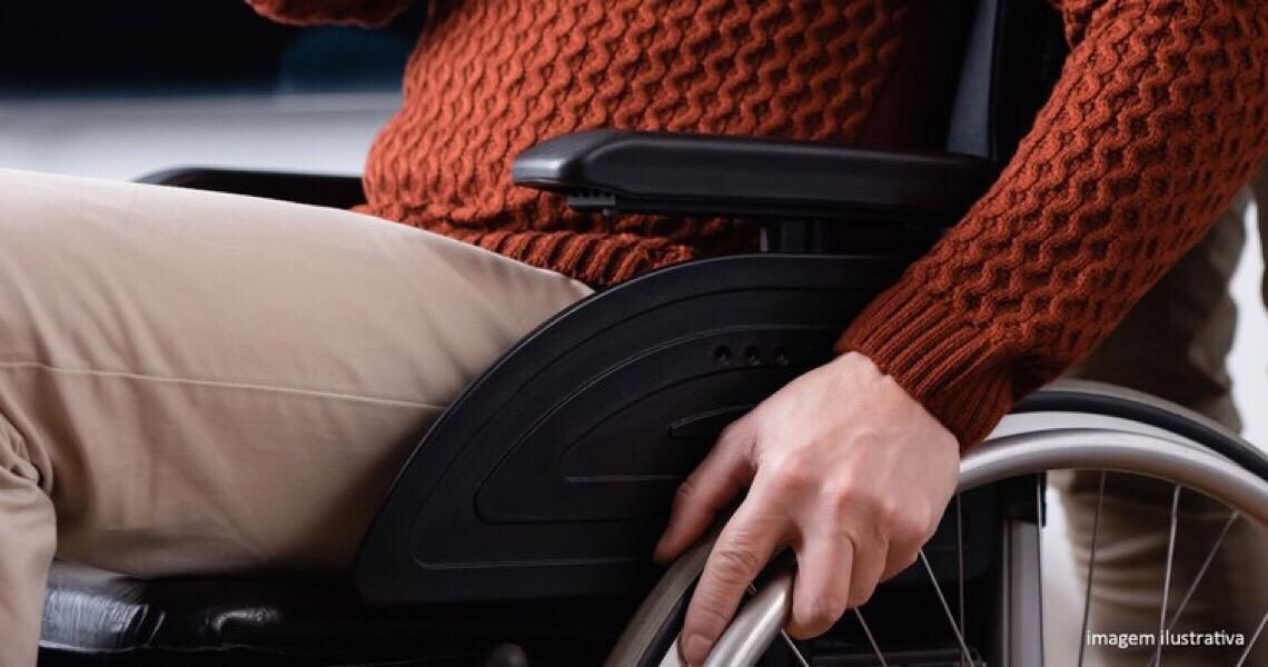 Negar gratuidade a acompanhante de passageiro com deficiência gera dever de indenizar