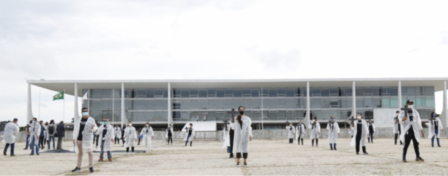 Com mãos pintadas de preto, enfermeiros protestam na Praça dos Três Poderes