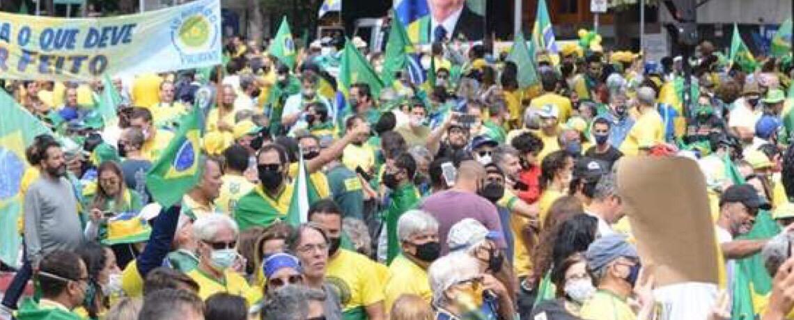 Bolsonaro municia base e milícias para ataque final à democracia