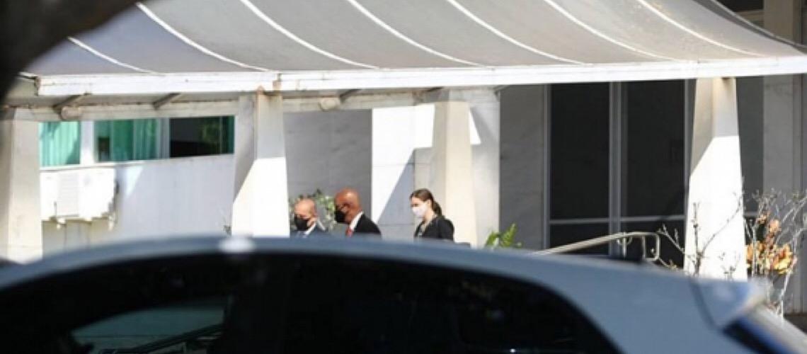 Senadores falam em condução coercitiva após Pazuello se esquivar de CPI e receber visita de Onyx