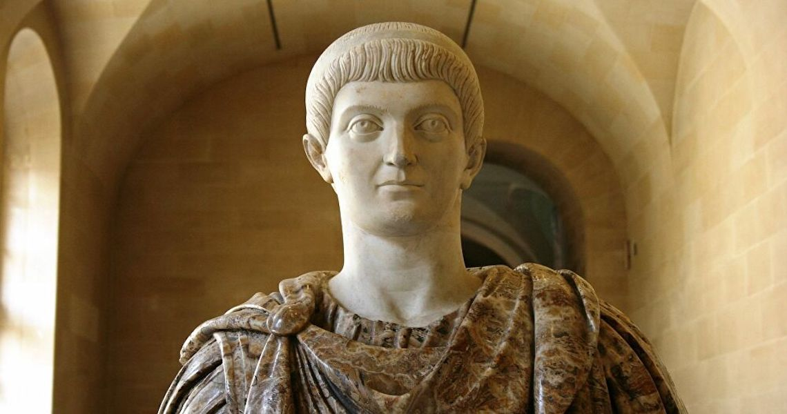 Cabeça de mármore do 1º imperador de Roma é descoberta por acaso