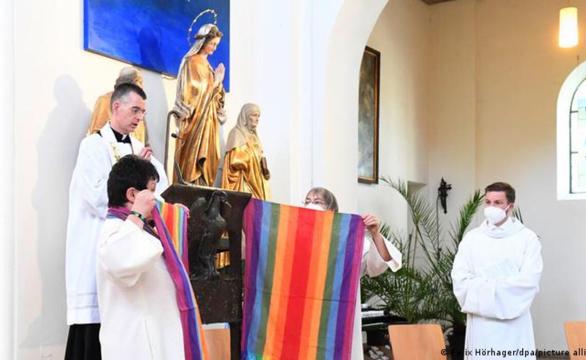 Igrejas alemãs desafiam Vaticano e abençoam casais gays