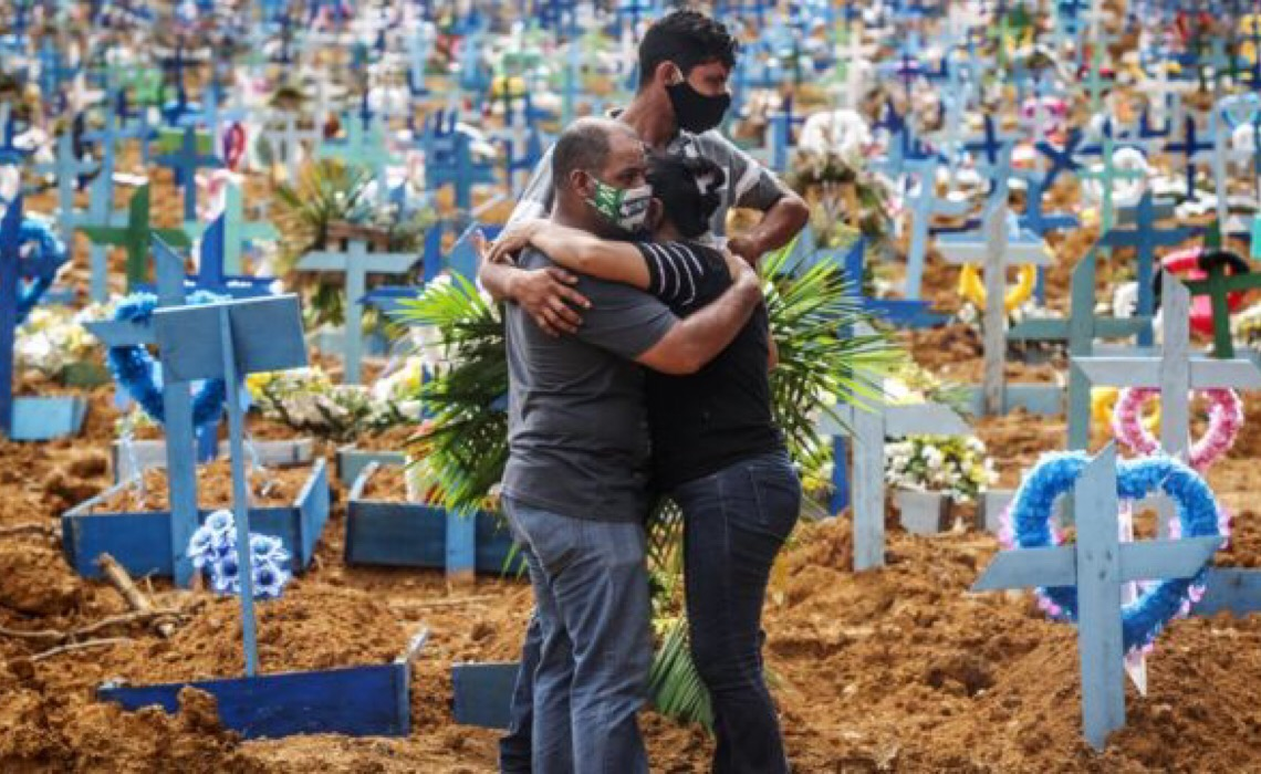 Média de mortes cai, número de casos de Covid-19 cresce e Fiocruz mantém alerta