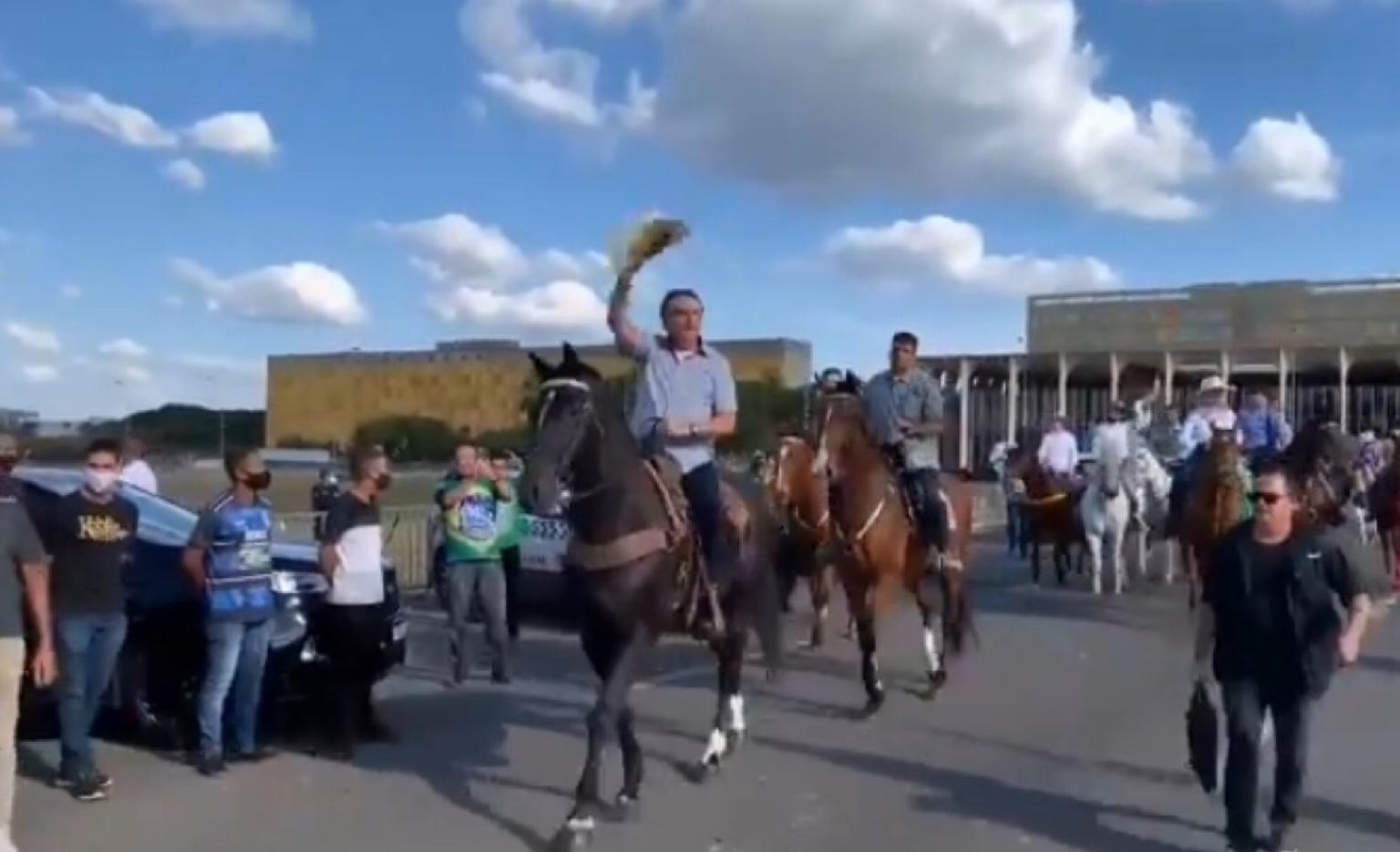 Em vídeo, Bolsonaro chega a cavalo em manifestação de ruralistas e volta a provocar aglomeração