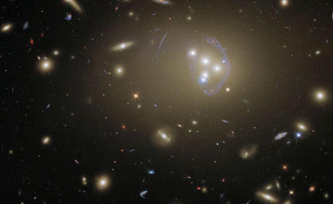 Telescópio Hubble capta aglomerado massivo de galáxias a mais de 3 bilhões de anos-luz