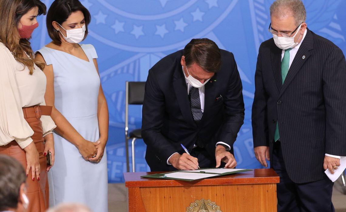 Bolsonaro sanciona lei que amplia o teste do pezinho no SUS
