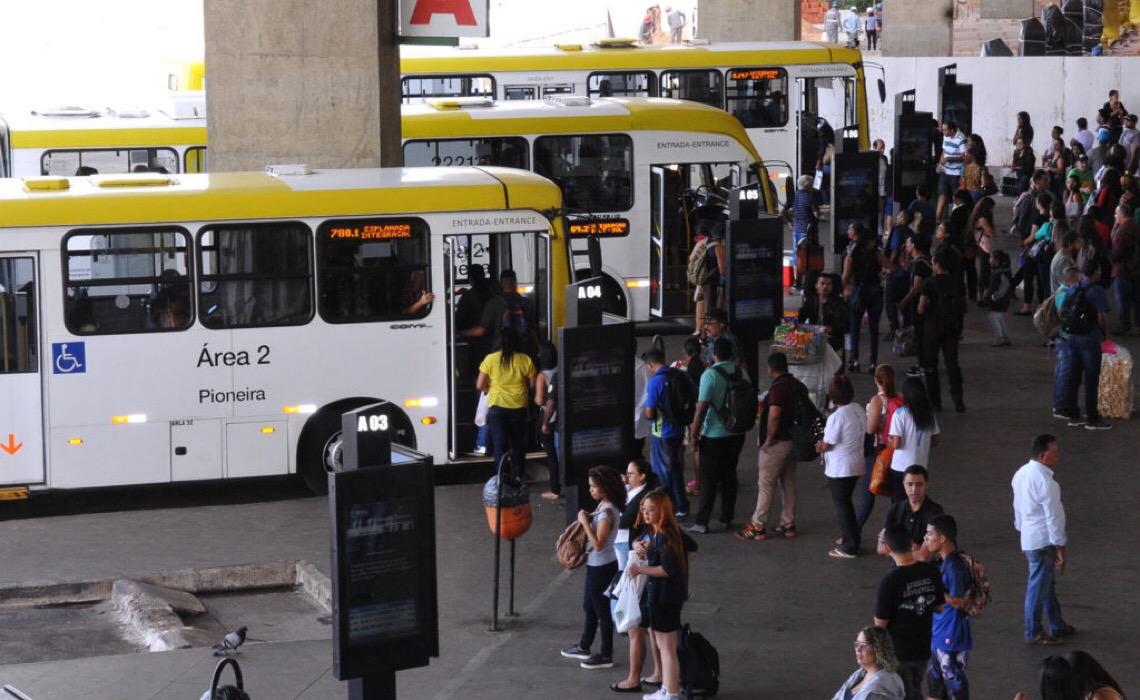 Empresas do DF terão que disponibilizar álcool gel nos ônibus