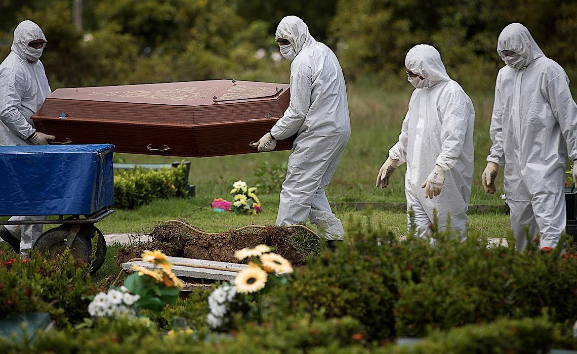 Bolsonaro nega mortes na mesma semana em que surgem novas provas de sua negligência