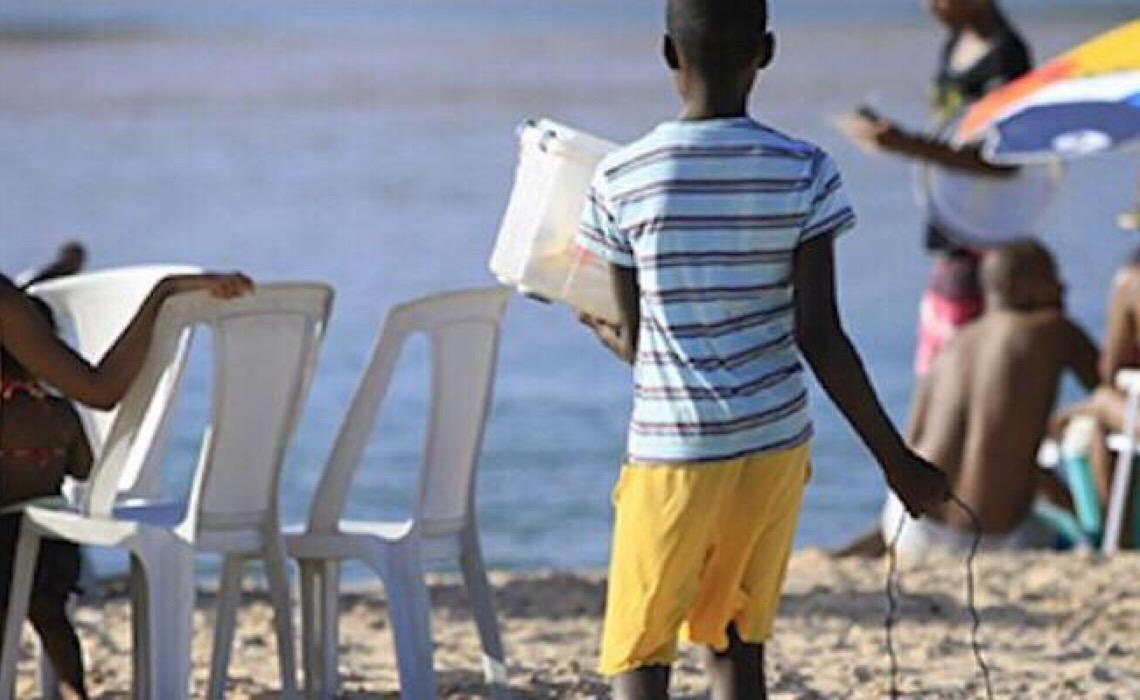 Livro retrata cotidiano de crianças que precisam trabalhar