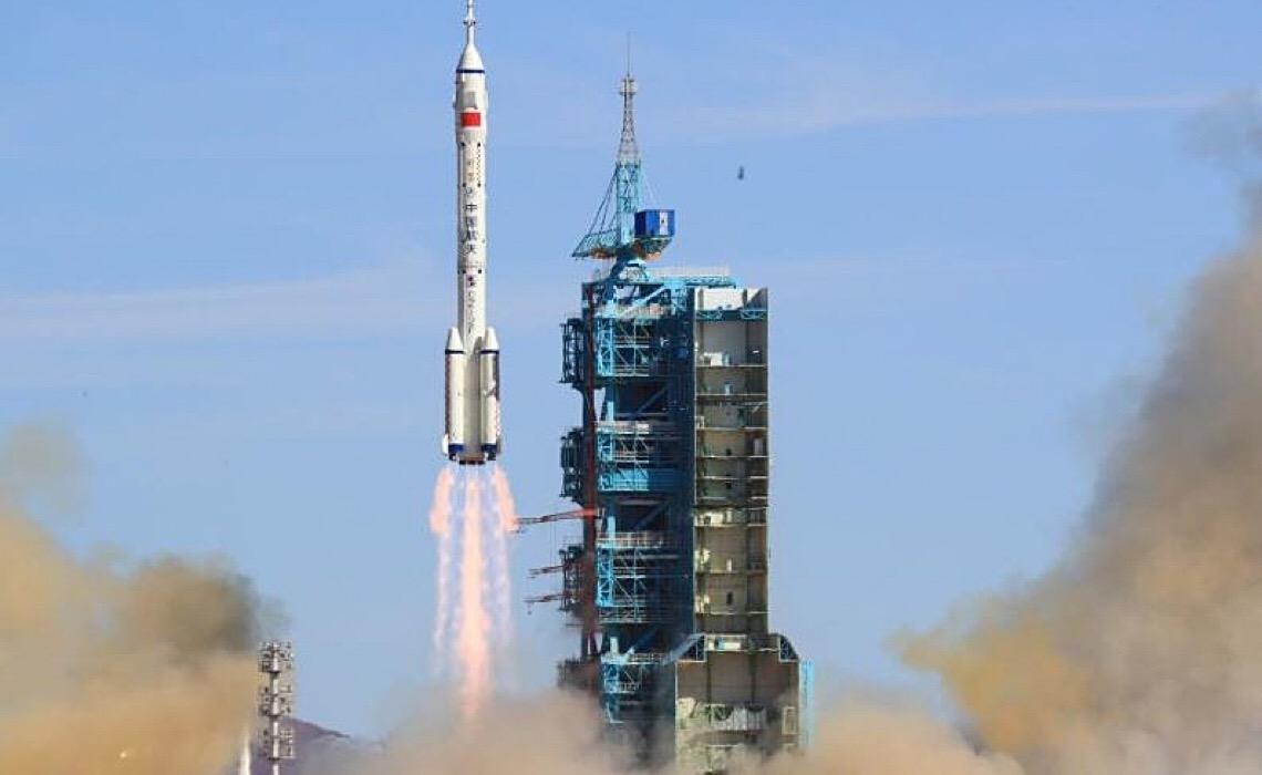 China lança nave tripulada para construir nova estação espacial