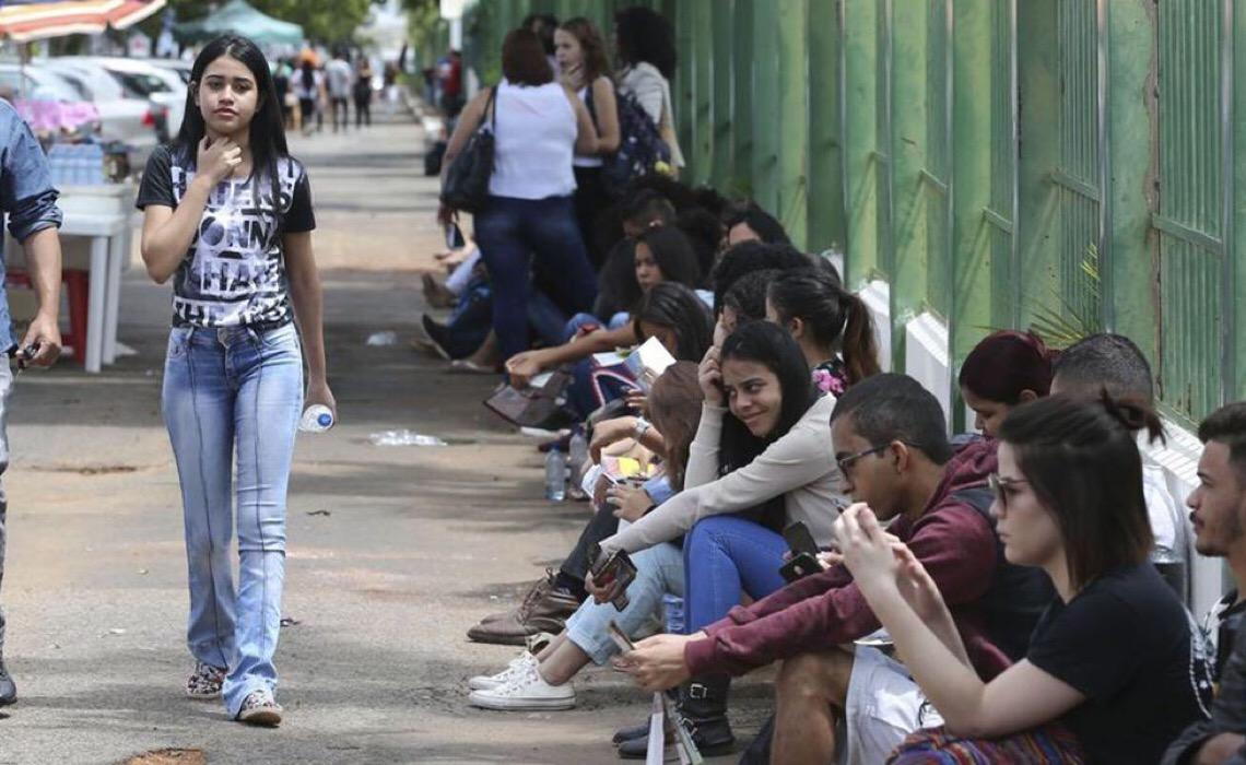 Decepcionados e sem perspectivas, metade dos jovens quer sair do Brasil