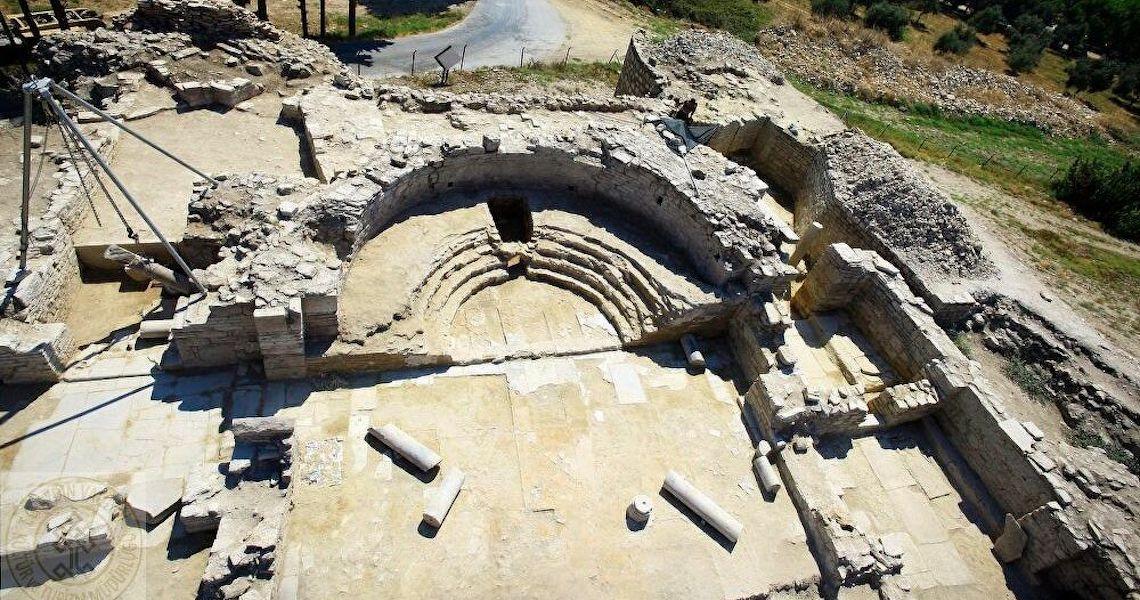 Ruínas de igreja de 1.600 anos emergem de lago turco graças a lockdown