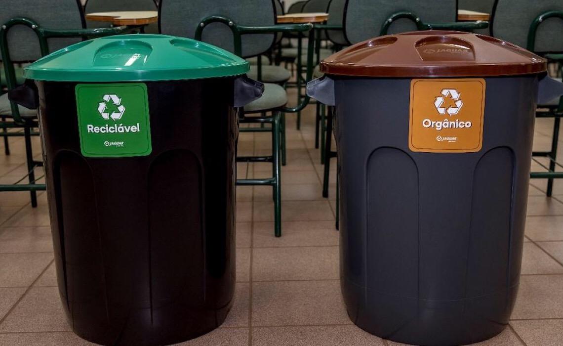 Copos plásticos distribuídos na São Silvestre são reciclados e transformados em lixeiras para escolas públicas