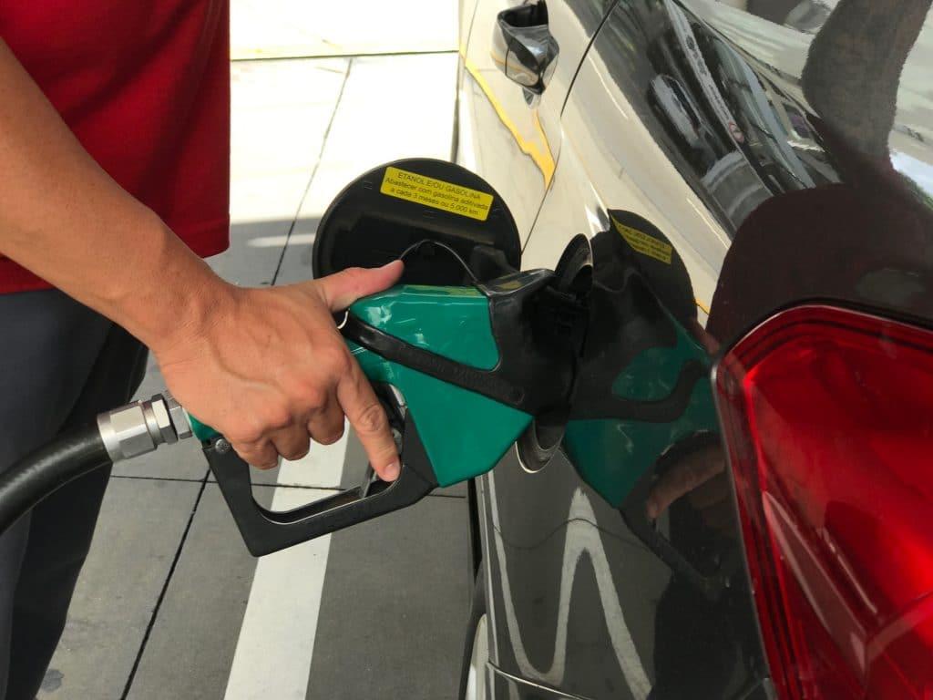 Quais motivos levam ao aumento persistente no preço de combustíveis no Brasil?