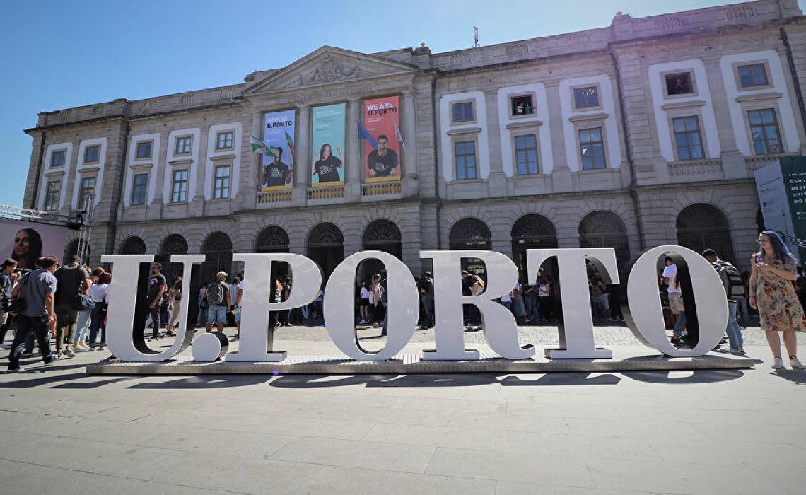 Docente português pede afastamento após se recusar a dar prova a brasileira por estar muito decotada