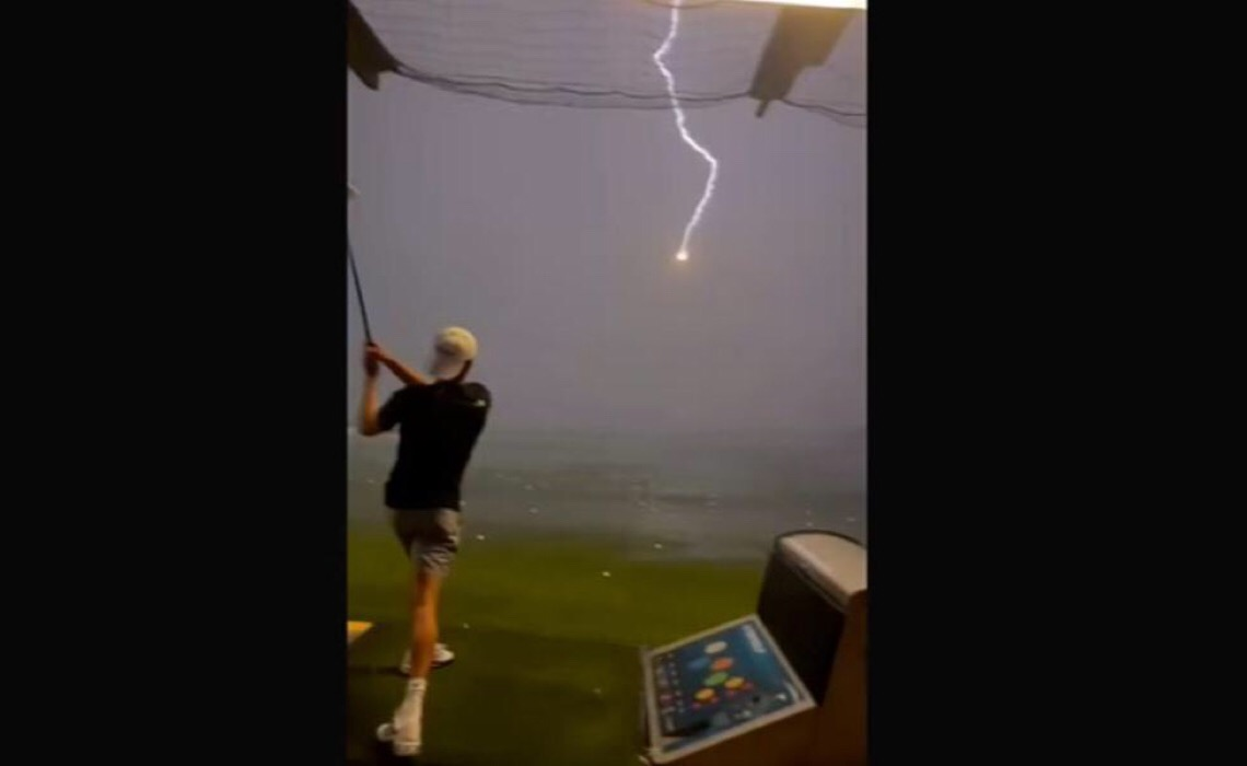 Bola de golfe lançada a mais de 140 km/h é atingida por raio em pleno voo
