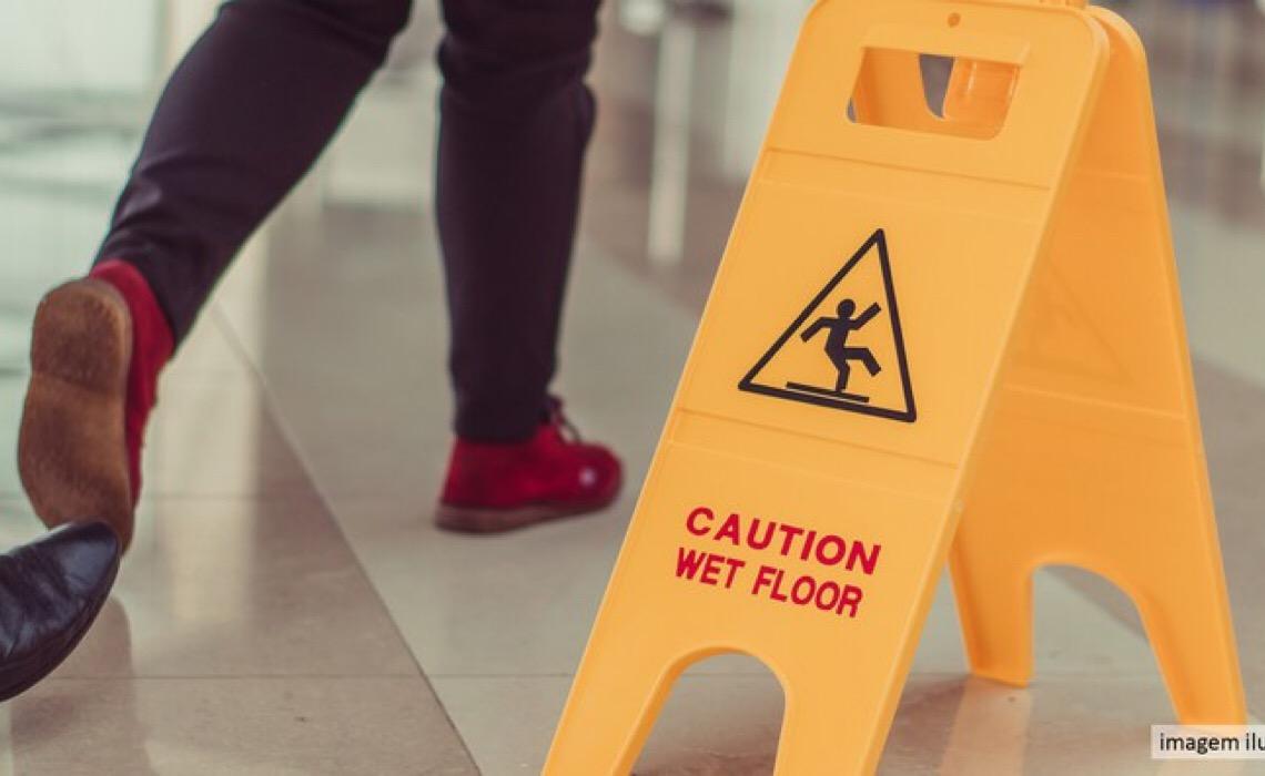 Consumidora que escorregou em piso molhado de shopping deve ser indenizada
