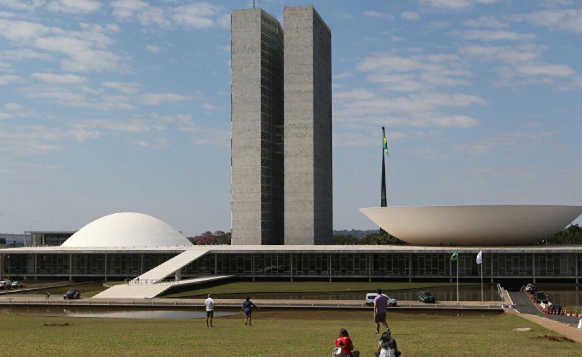 Brasil é o país que mais gasta com fundo eleitoral, diz estudo; Bolsonaro visa vetar nova proposta